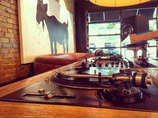 DJ turntables mixer set up